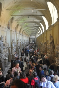 Hall filled with statues, and more statues ....